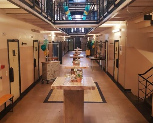Borrelen in de cellengang