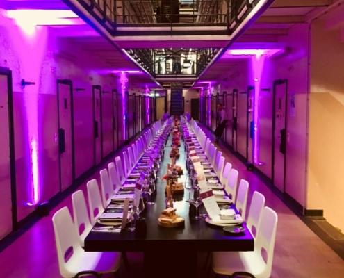 sit down diner in de cellengang